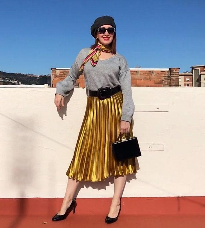 Patricia com boina preta e saia dourada |  40plusstyle.com