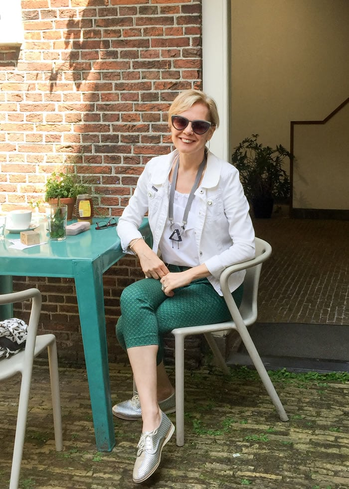 Relaxed summer outfit with cropped pants and white jacket | 40plusstyle.com