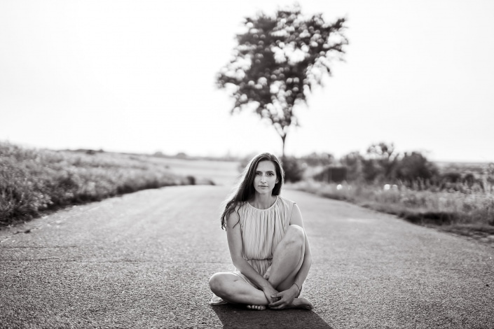 Image Portrait in schwarzweiß sitzend auf einer Straße bei Erfurt Canon EOSR und Sigma Art 50mm f1.4