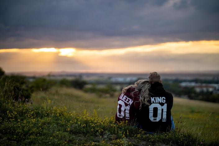 """""""King und Queen"""" von hinten vor dramatischen Sonnenuntergang Canon EOSR & RF 85mm f/1.2L USM"""