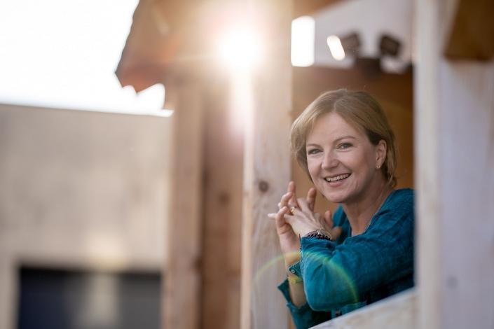 in die aufgehende Sonne fotografiertes Portrait der Schauspielerin Monika Freeman Canon EOSR6 & RF 85mm f/1.2L USM