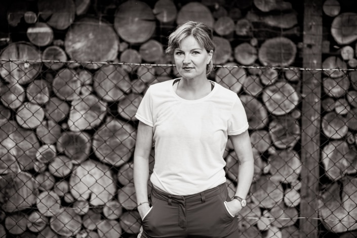 Outdoor Schwarz Weiss Portrait der Schauspielerin Monika Freeman entstanden in Arnstadt mit der Canon EOS R6 & RF 85mm f/1.2L USM