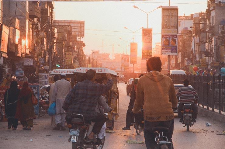 Hjemturen går gennem Jhelum, som er en større naboby til Kharian.