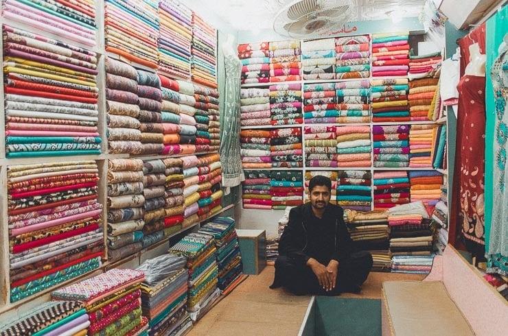 Af alle butikker er jeg mest facineret af skræddere, hvor stof tit ligger sådan, i alverdens farver og mønstre.