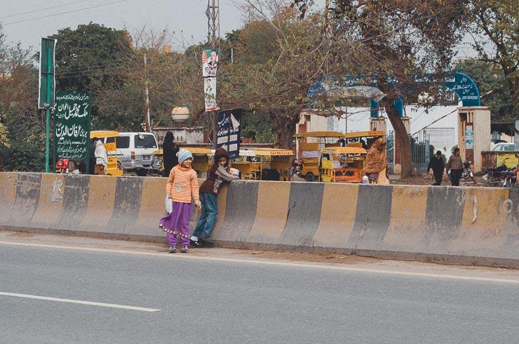Det var utroligt nervepirrende at se disse to piger krydse den store vej. Puha!