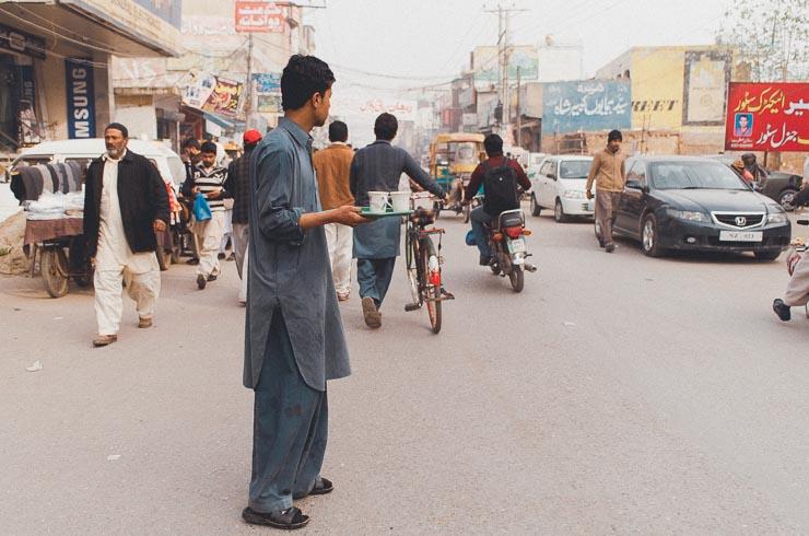 Hvis man mangler noget, kan man bare råbe på tværs af gaden i bazaaren. Det er f.eks. meget normalt, at man byder sine <a href=
