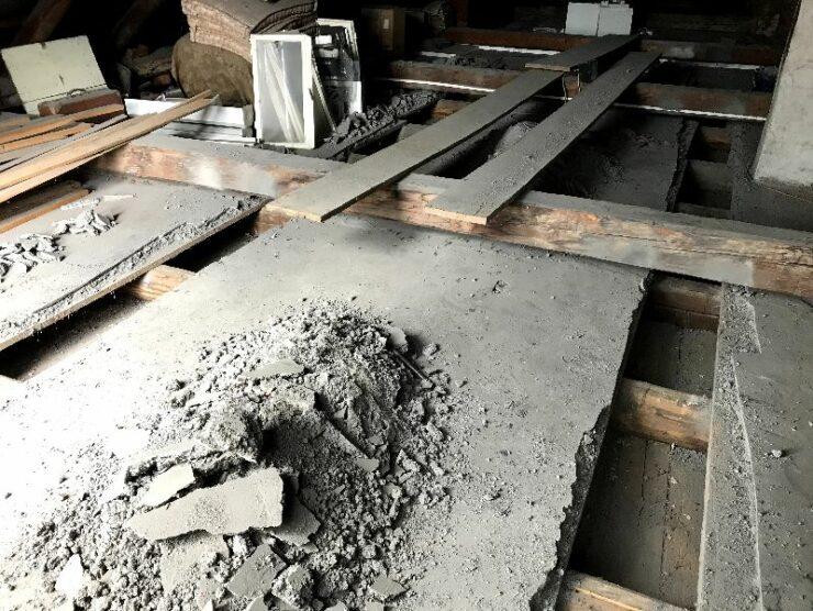 Zateplenie stropu z povaly fúkanou izoláciou v staršom dome - aplikačné otvory