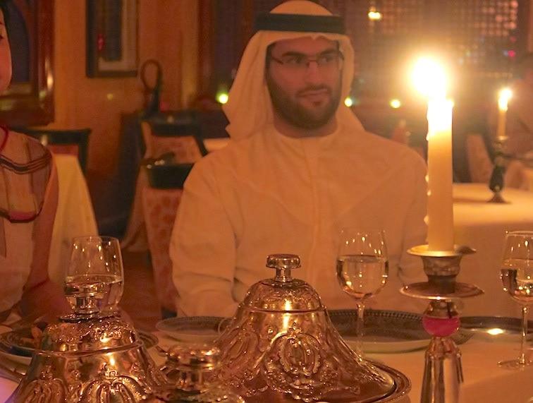 ラマダンの食事をするドバイ観光局の男性