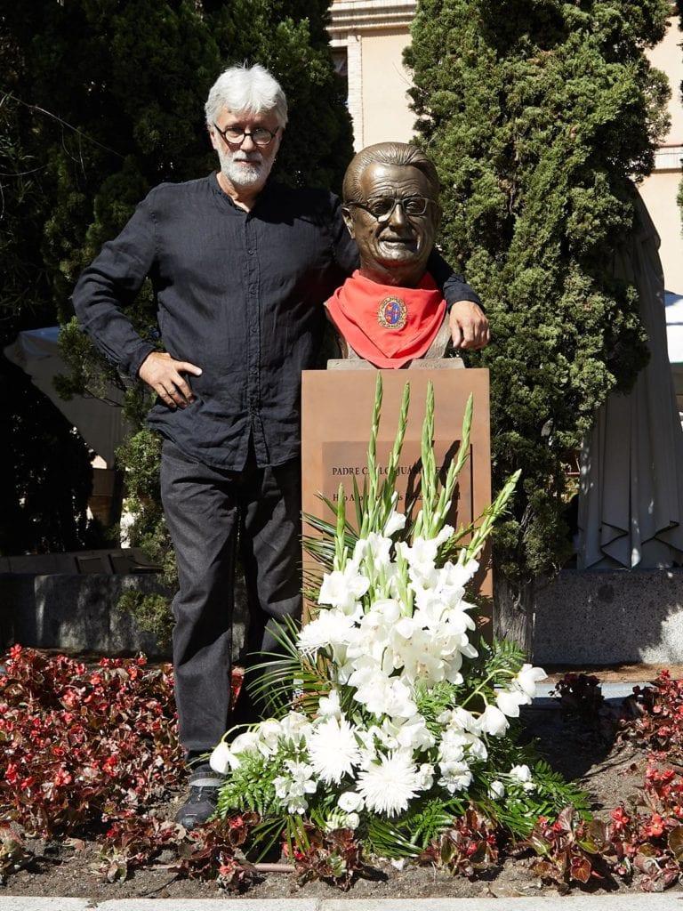 Juan Up abrazando al padre Carlos Juárez