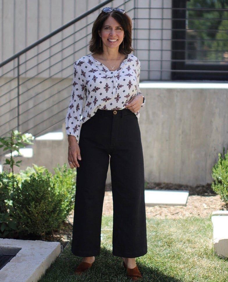 Ana wears wide black jeans | 40plusstyle.com