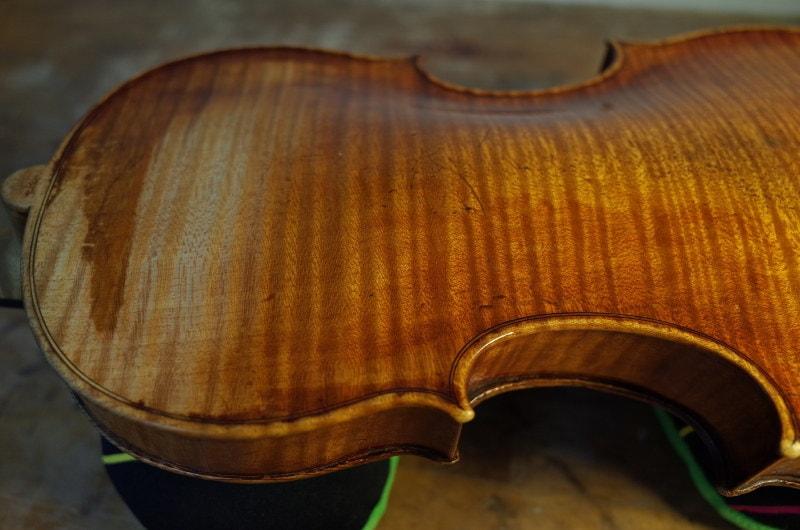 サント・セラフィンのニスが部分的に剥げて木材の表面がむき出しになっている裏板