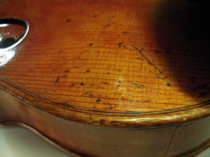 ガダニーニ2つめ、バイオリン表板左下のふくらみ