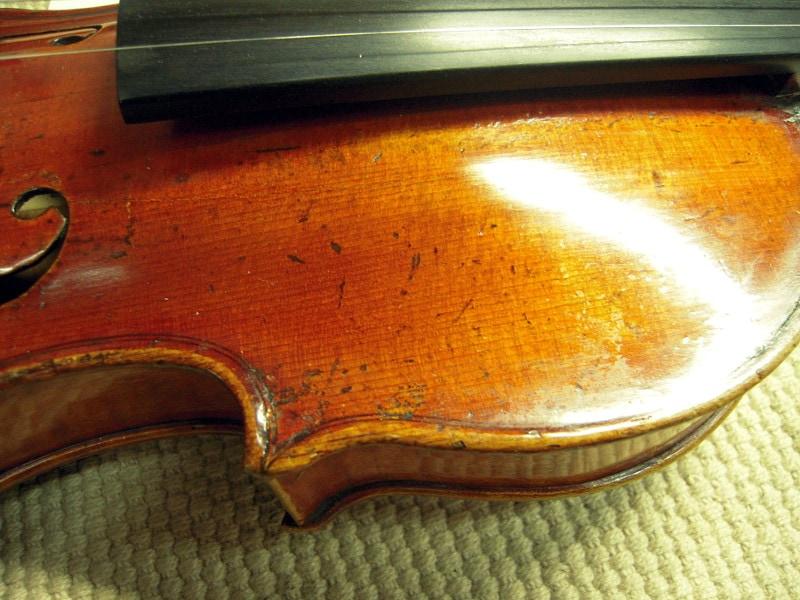 ガダニーニ、バイオリン表板右上のふくらみ