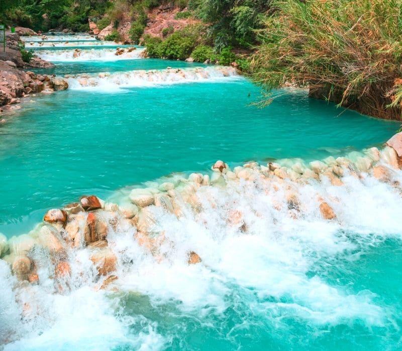 agua del río azul en cascada sobre las rocas - Visite Las Grutas Tolantongo