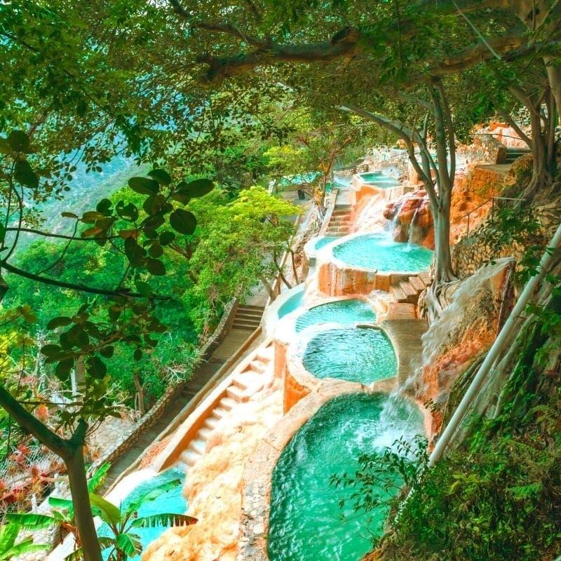 Piscinas de aguas termales naturales de Las Grutas Tolantongo cerca de la Ciudad de México