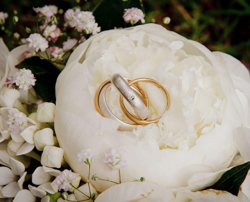 Eheringe im Hochzeitsstrauß