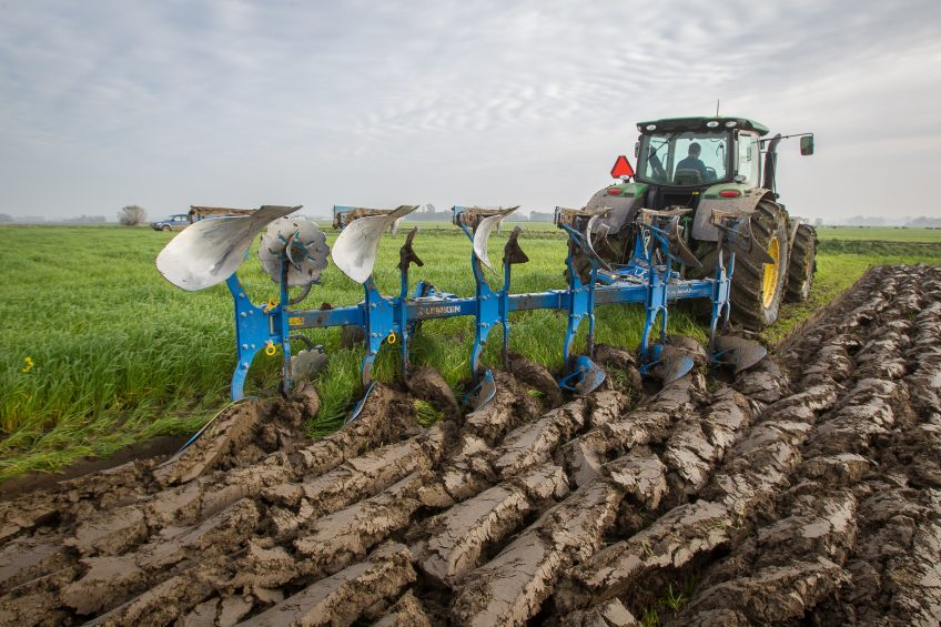 Ploughing in green manure (grass) using the Lemken on-land plough. The tractor stands on broad tyres at 0.9 bar in order to prevent soil compaction as much as possible.