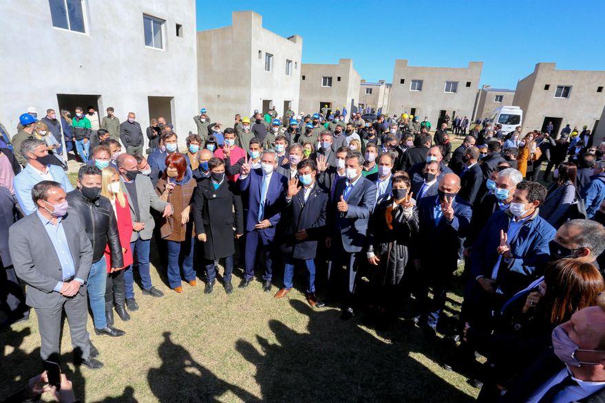Alberto Fernández, junto a Cristina Fernández de Kirchner, Axel Kicillof y al ministro de Desarrollo Territorial y Hábitat, Jorge Ferraresi.