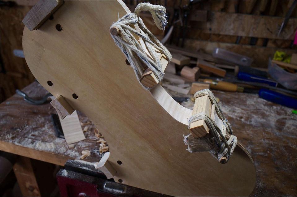 ストラディヴァリのビオラを製作中にcバウツの横板を内型に取り付けている