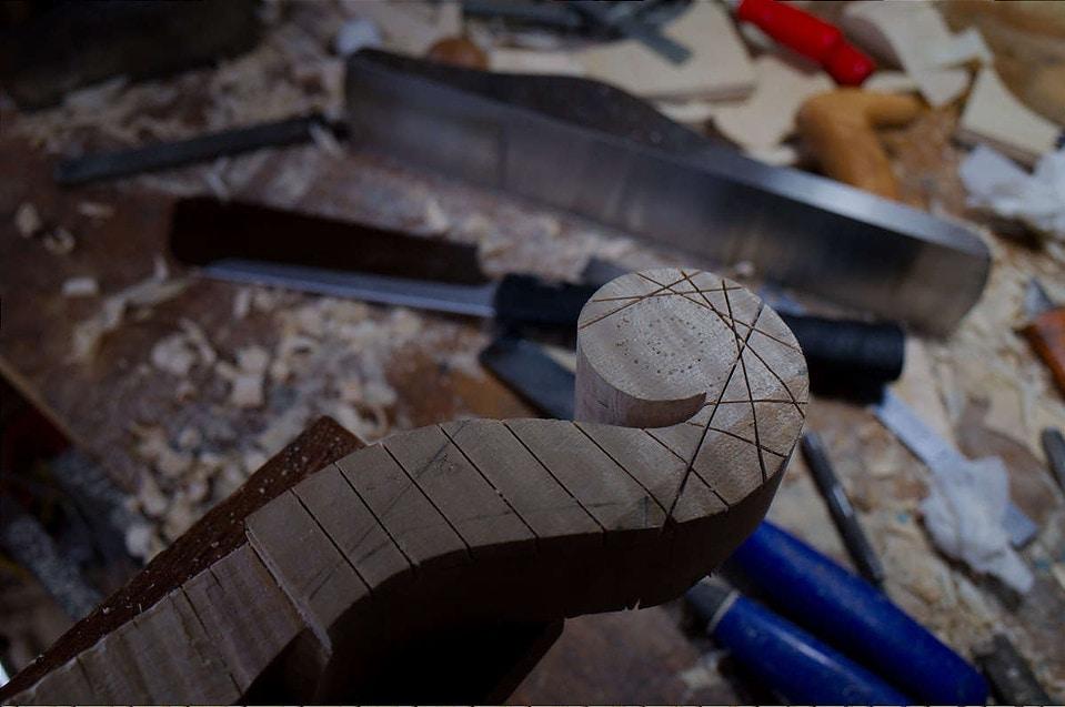 ストラディヴァリのビオラのスクロール製作中に鋸で切り込みを入れている