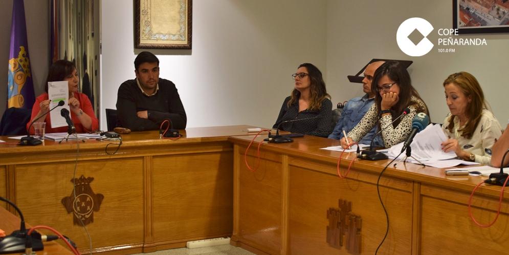 La alcaldesa de Peñaranda muestra el emplazamiento llegado al Ayuntamiento de Peñaranda.