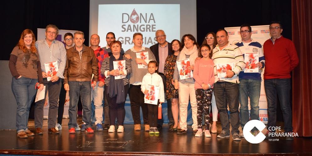 Donantes peñarandinos que recogieron sus medallas en un acto que tuvo lugar en el Teatro Calderón.