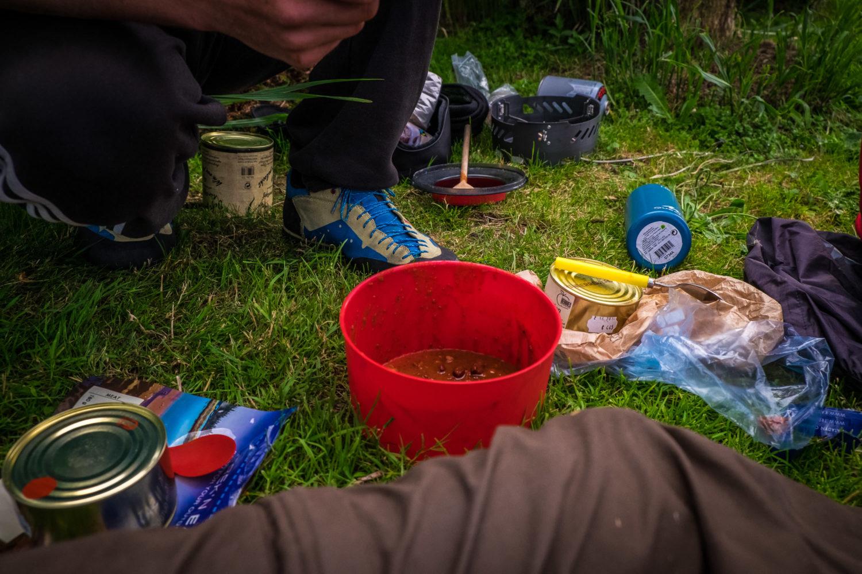 Gaskocher und gekochtes Essen nach einer Wanderung