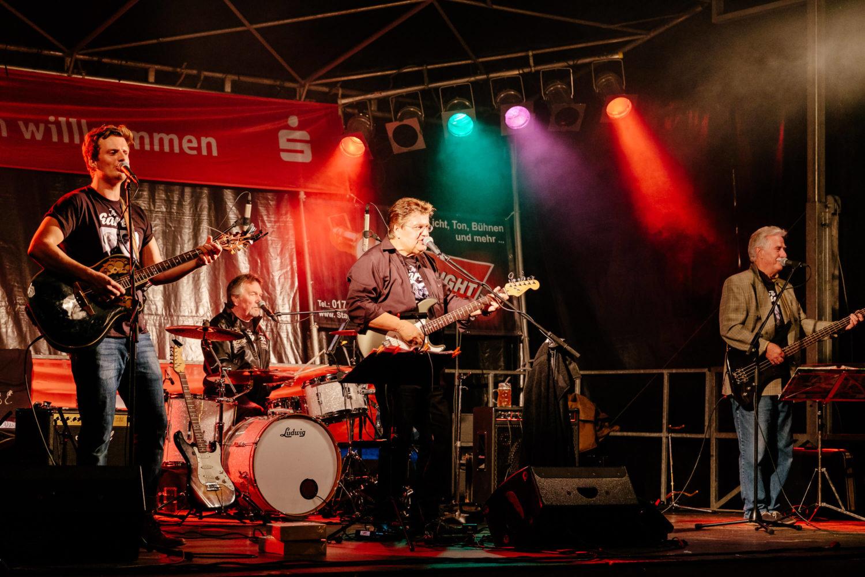 Die ganze Band The Earls auf der Bühne