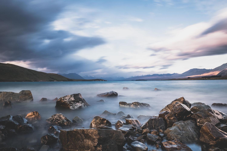 Langzeitbelichtung Lake Tekapo mit Steinen