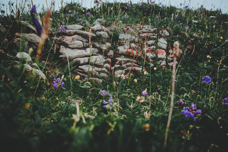 Steinmauer mit Wegmarkierung