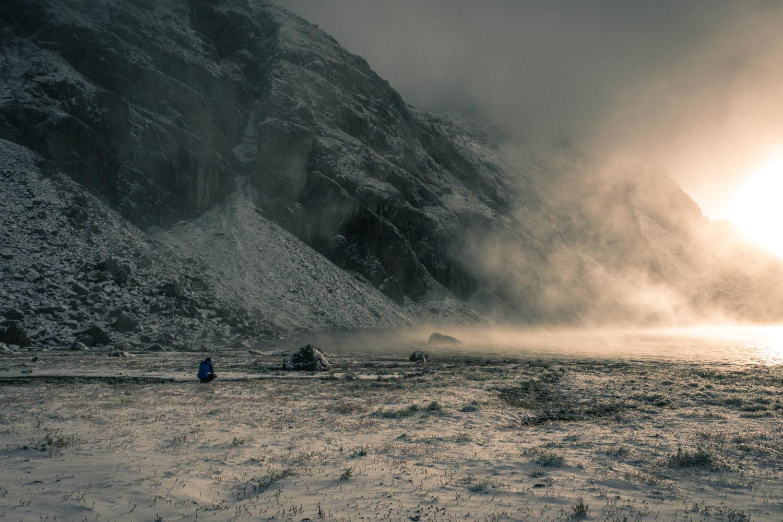 Jan Becker sitzt in Schneelandschaft und fotografiert den Sonnen