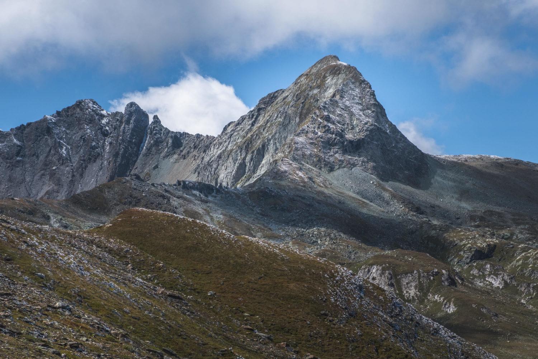 Schroffe Felsspitze bei Bivio in den Alpen