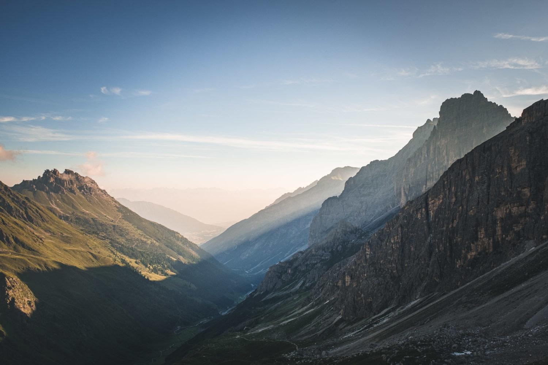 Lichtstrahlen fallen ins Tal zwischen Kalkwand und Elfer