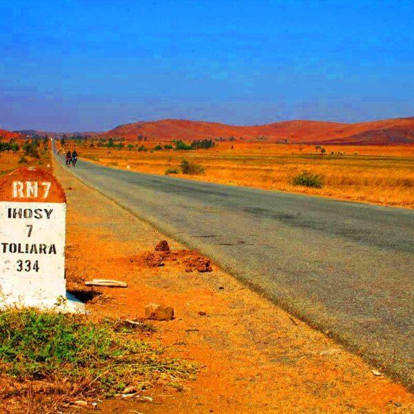 la route nationale 7 e il terreno rosso per il contenuto di laterite