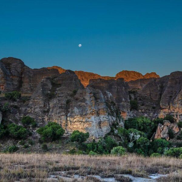 Luna sospesa sopra il massiccio dell'Isalo in Madagascar