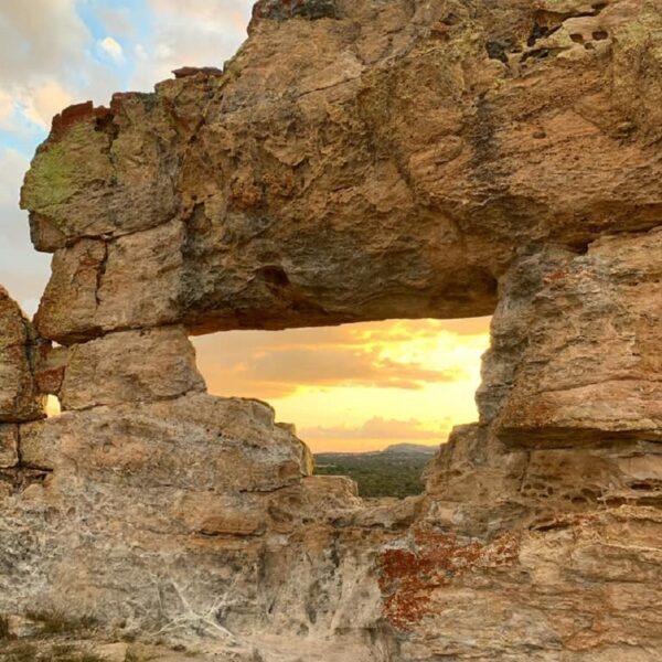 tramonto alla roccia chiamata finestra dell'isalo