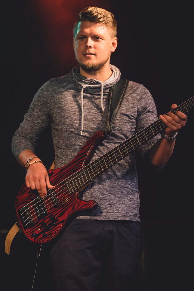 Bassist spielt Bass