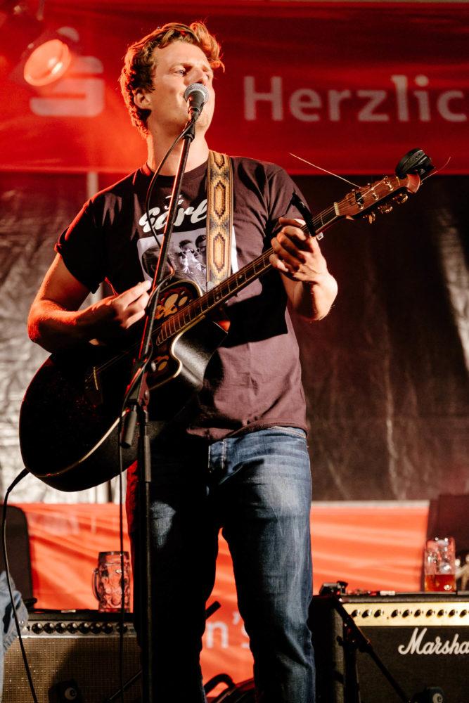 Georg Latz singt und spielt Gitarre