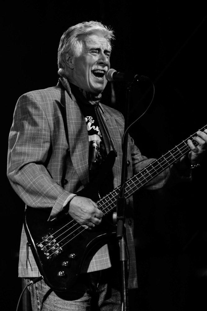 Bassist der Earls singt und spielt Bass