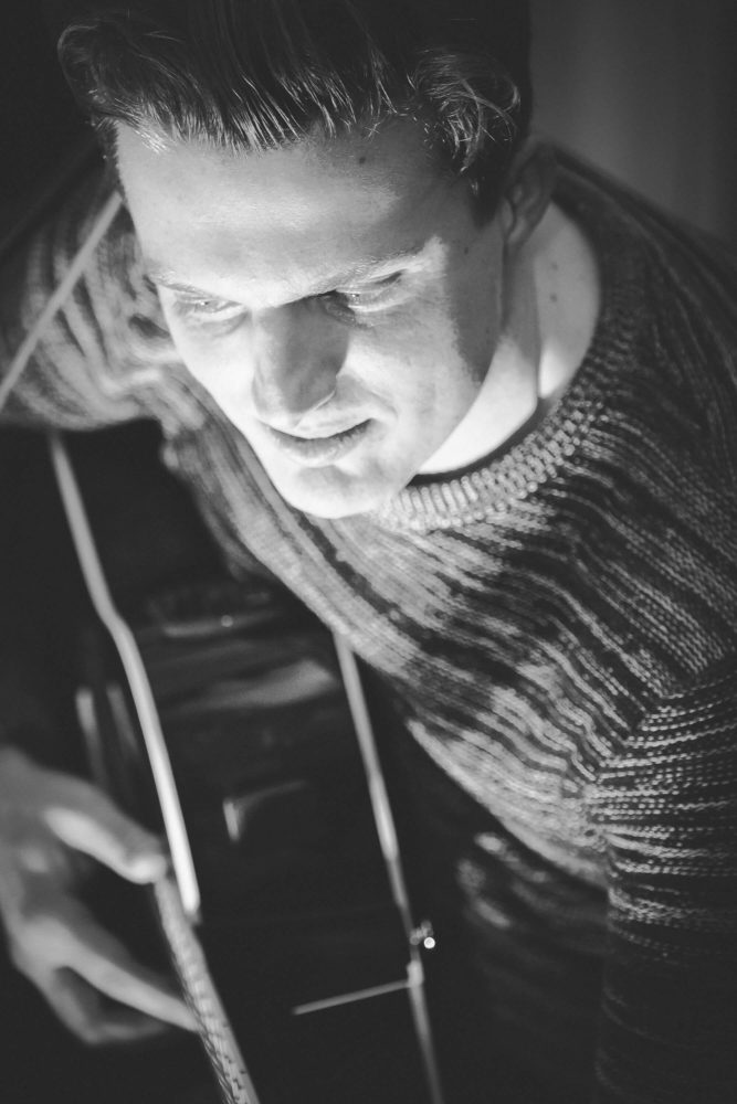 Blick von oben auf Georg Latz an der Gitarre