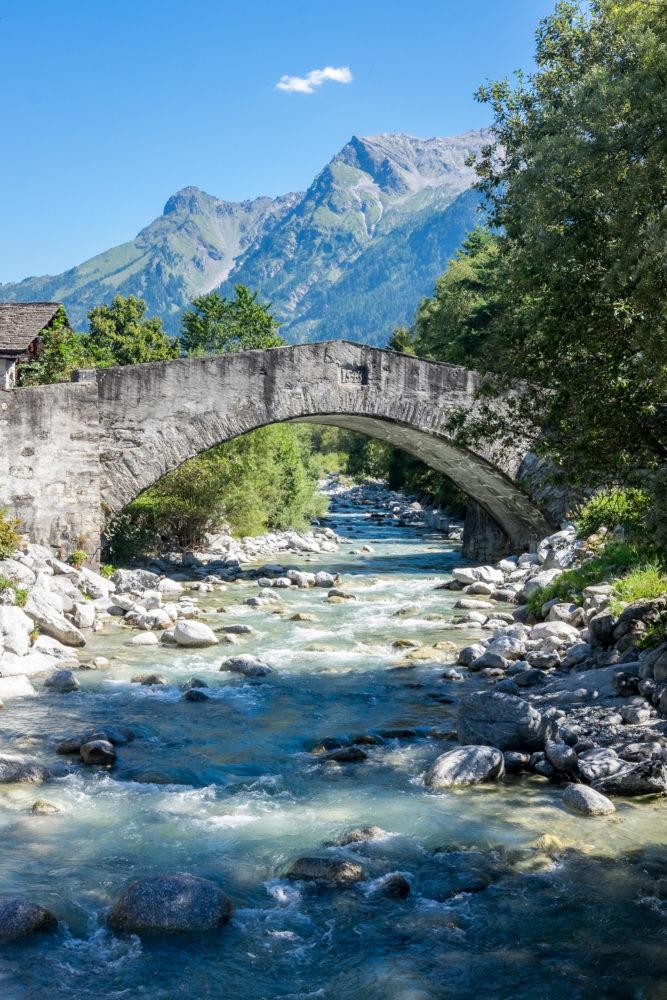 Flusslauf mit einer Brücke