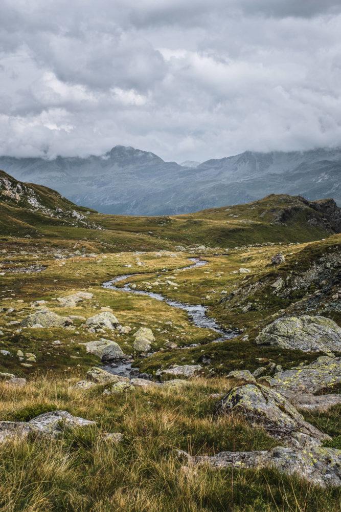 Wasserlauf zwischen Graslandschaft