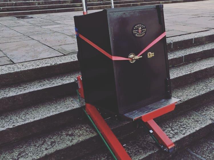 Transport d'un coffre fort par le Domino Automatic