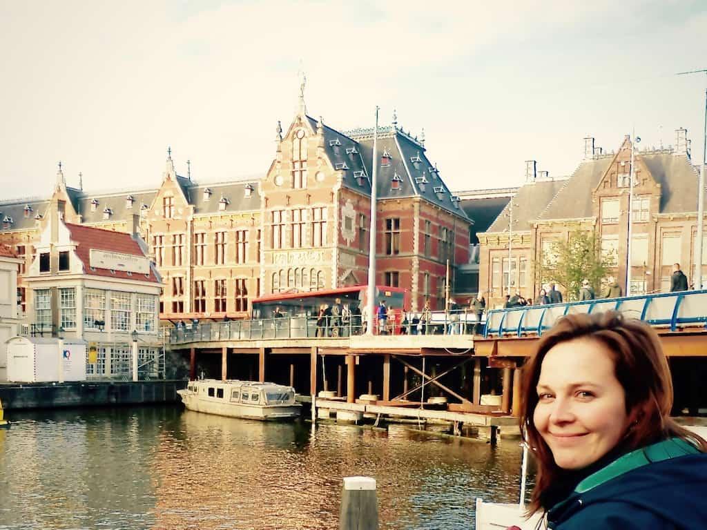 Allein in Amsterdam am Bahnhof
