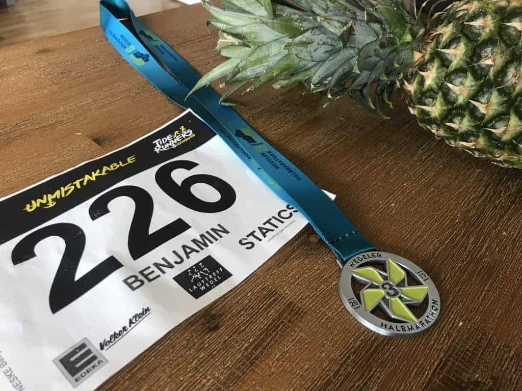 Medaille und Ananas vom Halbmarathon Wedel