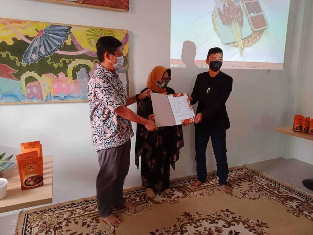 Pemilik produk label SAMARINA (tengah) menunjukan nota kesepahaman kerjasana (MoU) dengan PT. Payon dan Topur