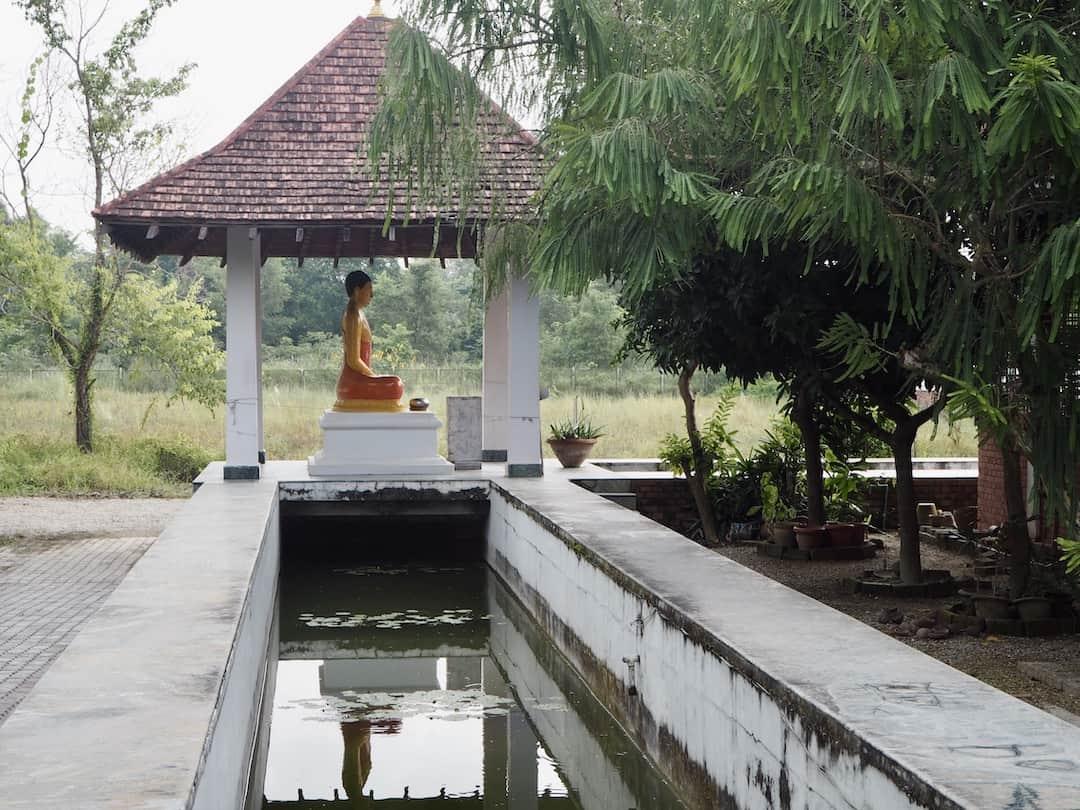 Buddha vorm srilankischen Kloster in Lumbini