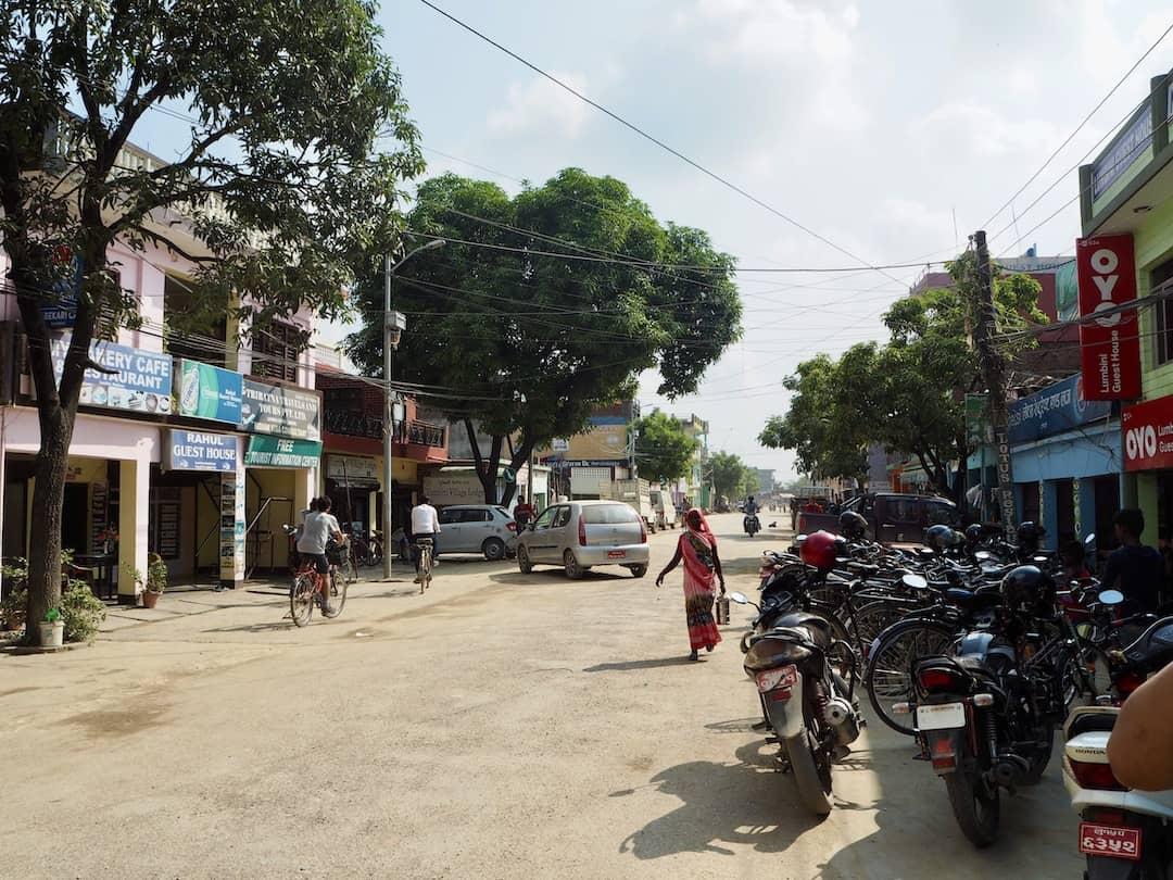 Lumbini Nepal: Strasse mit Hotel