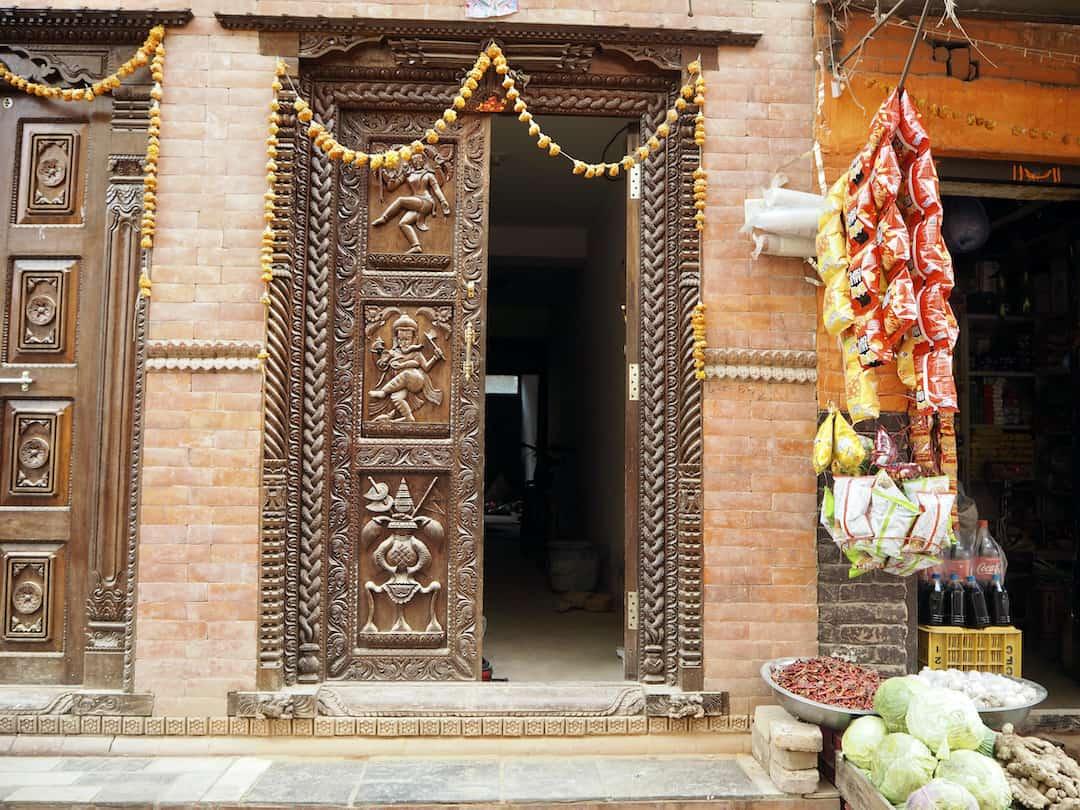 Tür mit Holzschnitzereien in Panauti, Nepal