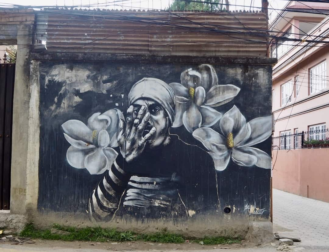 Streetart in Kathmandu: Mann mit Blumen